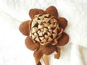 Odznaky/Brošne - Brošňa kožená, púštny kvet - 8031669_