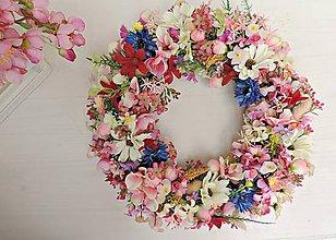 Dekorácie - Veniec z lúčnych a poľných kvetov - 8038607_