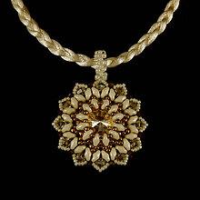 Náhrdelníky - Krémovo-bronzový náhrdelník so SW príveskom - 8038560_