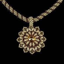 Náhrdelníky - Krémovo-bronzový šitý náhrdelník so SW príveskom - 8038614_