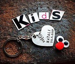Kľúčenky - SRDIENKO s postavičkou a dátumom :) - 8045225_
