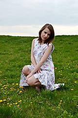 Šaty - Biele vzorované áčkové šaty s volánikom - 8043585_