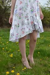 Šaty - Biele vzorované áčkové šaty s volánikom - 8043597_