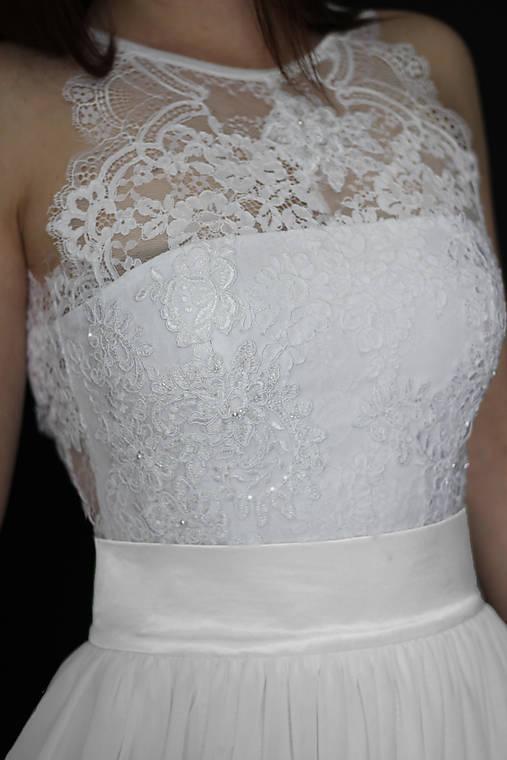 Svadobné šaty s holými ramenami a tylovou sukňou