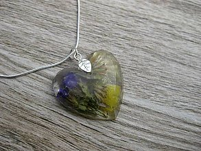 Náhrdelníky - Srdiečko s kvietkami - živicový náhrdelník (Srdce s rôznymi kvetmi - živicový náhrdelník č.853) - 8049438_