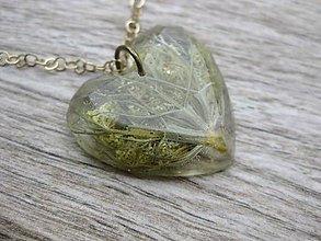 Náhrdelníky - Srdiečko s kvietkami - živicový náhrdelník (Mrkva v srdci - živicový náhrdelník č.854) - 8049539_