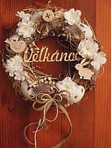 Veľkonočný veniec s kvetmi a drevenými ozdobami