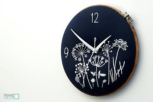 Lúčny sen - dark blue, ručne vyšívané nástenné hodiny