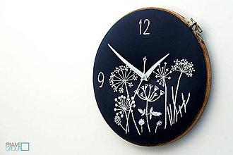 Hodiny - Lúčny sen - dark blue, ručne vyšívané nástenné hodiny - 8070245_
