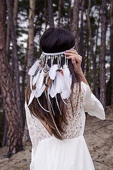 Ozdoby do vlasov - Folklórna elastická čelenka s perím - 8072328_