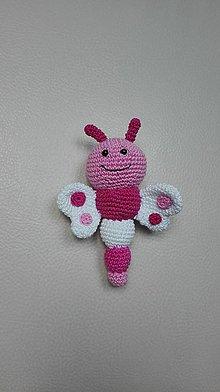 Hračky - Háčkovaná hrkálka motýľ - 8078194_