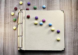 Papiernictvo - Fotoalbum klasický papierový obal so štruktúrou plátna (béžový) s pastelovými zelenými a fialovými stranami - 8079495_