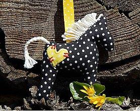 Kľúčenky - Prívesok na kľúče - čierny koník s žltým srdiečkom - 8078661_