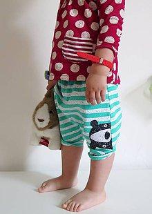 Detské oblečenie - kraťasky z biobavlny Medvede na prúžku (zelené) - 8082727_