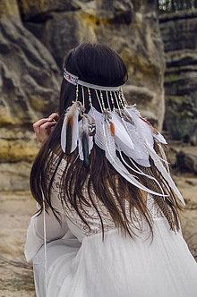 Ozdoby do vlasov - Folklórna elastická čelenka s perím - 8083130_
