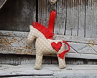 - Prívesok na kľúče - béžový koník s červeným srdiečkom - 8082989_