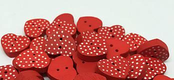 - Drevený gombík srdiečko červený s bodkami - 8109069_