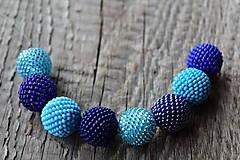 Náhrdelníky - náhrdelník z modrých obšívaných guličiek 2 - 8112901_