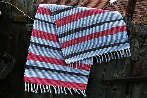 Tkaný koberec sivo-červeno-čierny