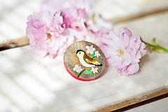 Odznaky/Brošne - Ručně malovaná brož s ptáčkem - 8116564_