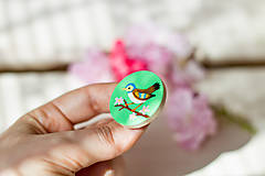 Odznaky/Brošne - Ručně malovaná brož s ptáčkem v zelené - 8116576_