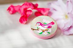 Ručně malovaná brož s růžovým ptáčkem - mini