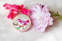 Odznaky/Brošne - Ručně malovaná brož s růžovým ptáčkem - mini - 8116622_