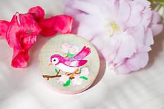Odznaky/Brošne - Ručně malovaná brož s růžovým ptáčkem - mini - 8116623_
