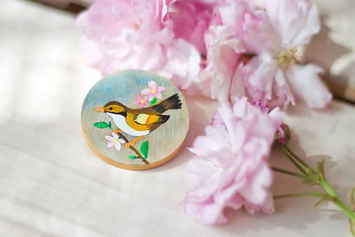 Ručně malovaná brož s hnědým ptáčkem