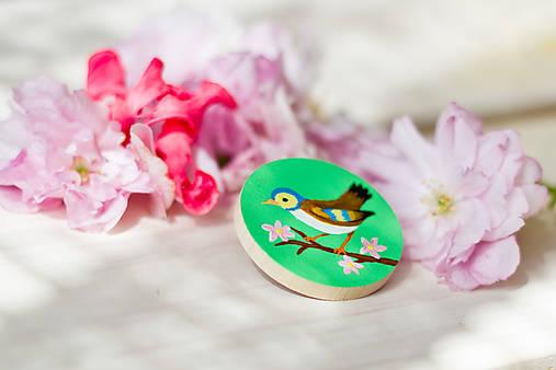 Ručně malovaná brož s ptáčkem v zelené