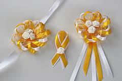 Bielo-žlté svadobné pierka pre hostí so srdiečkom