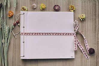Papiernictvo - Klasický fotoalbum s papierovým obalom so štruktúrou plátna a folkovou stužkou na uväzovanie - 8129463_