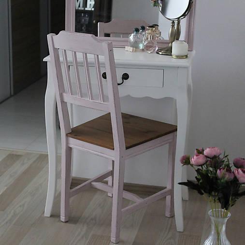 Ružová vidiecka stolička