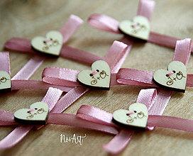 Pierka - Svadobné pierka, srdiečka s iniciálkami na stužke - 8136553_