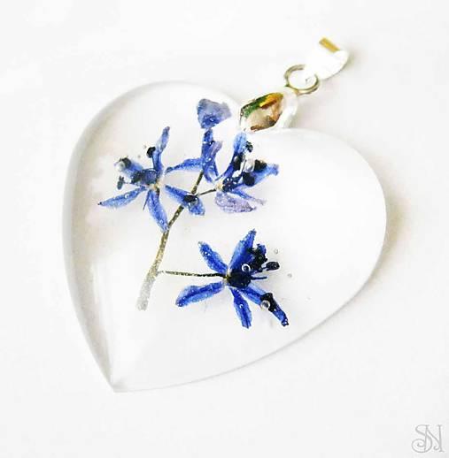 Srdiečkový prívesok zo živice s modrými kvetmi - striebro 925 ... d43eed182ee