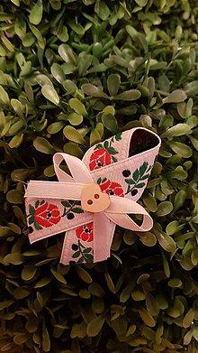 Pierka - folklórne svadobné pierko biele s dreveným srdiečkom - 8141579_