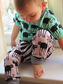 Detské oblečenie - tepláky z biobavlny Mačky v ponožkách (ružové) - 8138566_