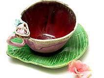 šálka s ružou a tanierikom