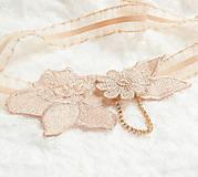 Bielizeň/Plavky - Béžová kvetinová čipka (telová, nude, champagne) so zlatou štrasovou retiazkou - podväzok - 8148298_