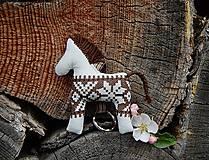 Kľúčenky - Prívesok na kľúče - béžový koník s hnedým folk motívom - 8147070_