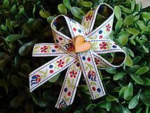 folklórne pierko biele so vzorkou a dreveným srdiečkom