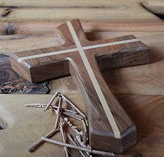 Dekorácie - Krížik z orechového dreva - 8171938_