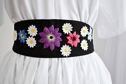 Vyšívaný opasok plný sedmokrások a farebných kvetov