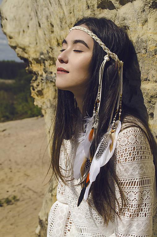 Biela pletená čelenka s perím