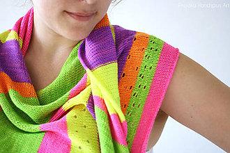 Šatky - GEOMETRIC GLOW FLUORESCENT Pletená šatka z ručne farbenej merino/hodváb vlny - 8185504_