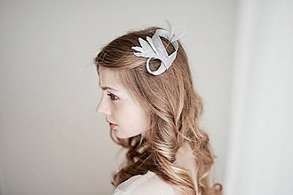 Ozdoby do vlasov - Svadobný fascinátor - strieborný s perím #255 - 8184651_