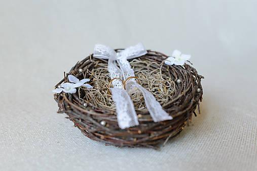 Vintage hniezdo na svadobné obrúčky