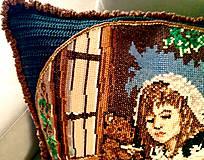 Úžitkový textil - Háčkovaný polštář-dívka v okně - 8197452_