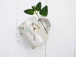 Nádoby - Keramický hrnček s motívom trávy perleťový, zelený - 8200349_