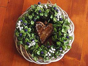 Dekorácie - Veniec s čučoriedkami s folklornym srdcom 30cm - 8200794_